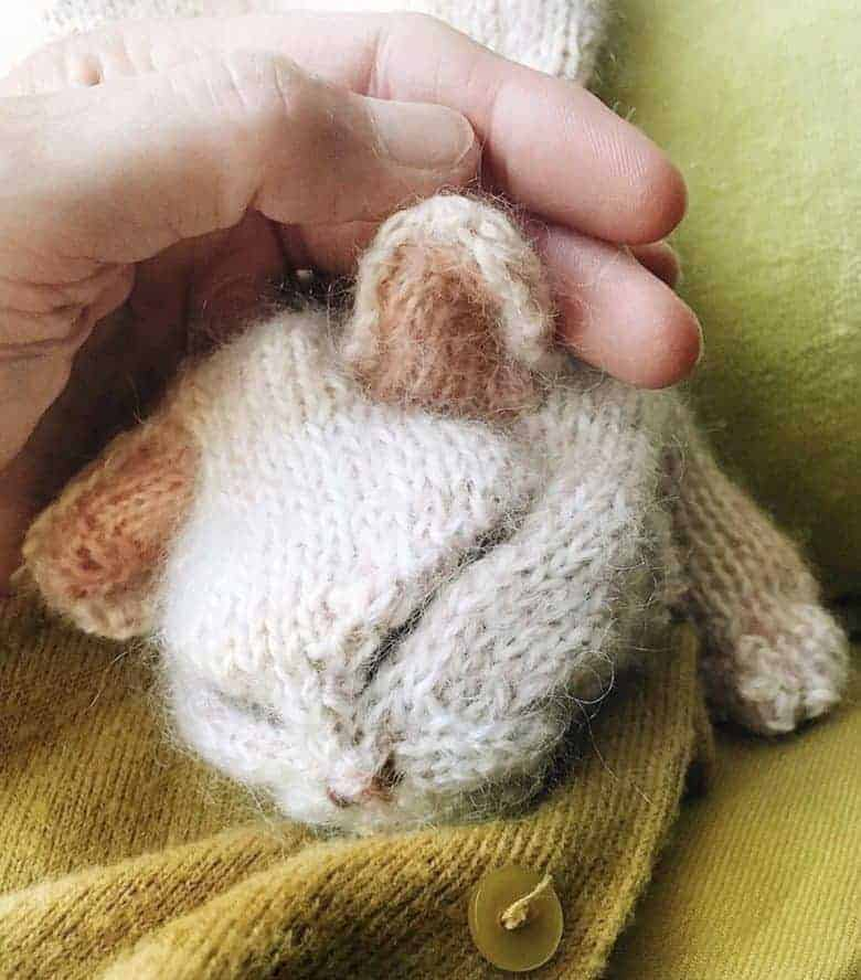 love this kitten knitting pattern by Claire Garland of Dot Pebbles. Click through for details on how to knit a kitten or cat with expert tips from Claire herself as well as how to sign up for free knitting patterns by Claire #knittingpatterns #knittingprojects #imadethatcat #dotpebbles #frombritainwithlove #freepatterns #kitten