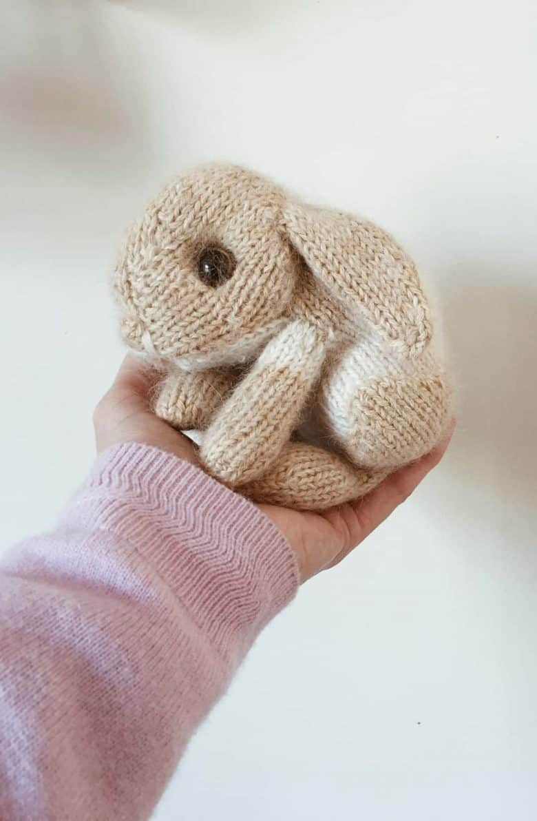love this bunny rabbit free knitting pattern by Claire Garland of Dot Pebbles. Click through for details on how to knit a bunny rabbit with expert tips from Claire herself as well as other fantastic free knitting patterns you'll love to make #knittingpatterns #knittingprojects #imadethisrabbit #dotpebbles #frombritainwithlove #freepatterns
