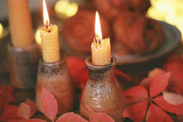 how to make beeswax candles with rolled wax and dried flowers for christmas. Click through for step by step DIY tutorial on candle making with pure natural ingredients #candlemaking #diy #tutorial #beeswax