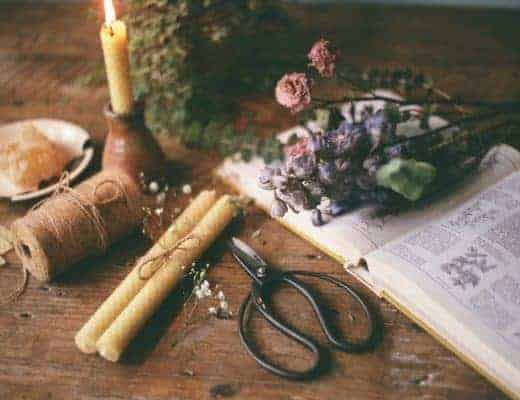 how to make beeswax candles with rolled wax and dried flowers. Click through for step by step DIY tutorial on candle making with pure natural ingredients #candlemaking #diy #tutorial #beeswax