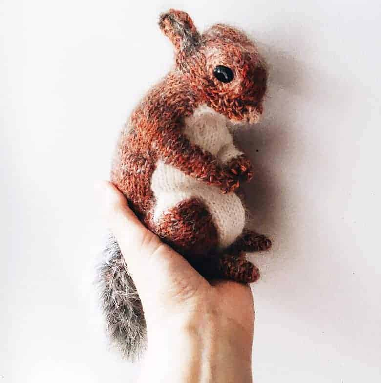 love this free red squirrel knitting pattern by Claire Garland click through to find out how to download it as well as to discover other wonderful knitting patterns for autumn you're sure to love #knittingpattern #free #freepattern #knitting #autumn #frombritainwithlove