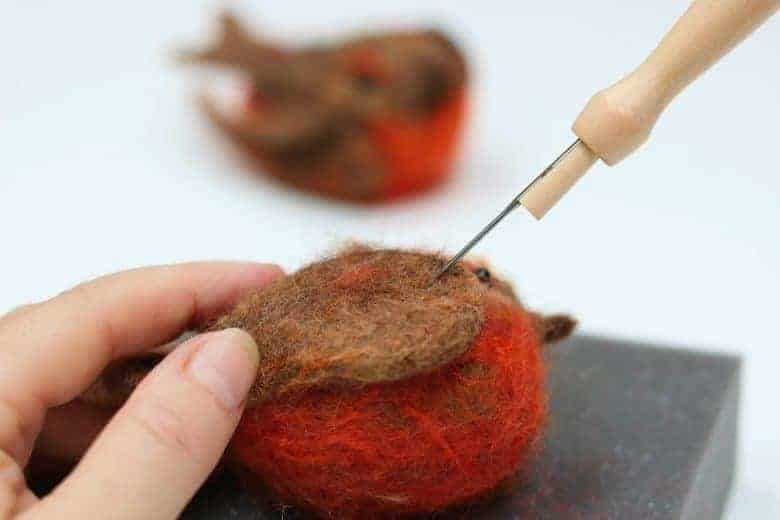 How to make a needle felted robin Christmas decoration. click through for free PDF tutorial DIY step by steps that tell you all you need to know #christmas #decorations #robins #needlefelt #frombritainwithlove #howtomake