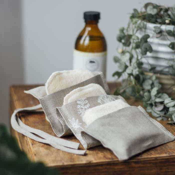 handmade linen travel bamboo cleansing kit from these two hands. handmade christmas gift ideas for women made in Britain. Click through to discover other special ideas linen aprons, hand knits, personalised notebooks, baubles, hand-crafted jewellery, ethical natural beauty and more #handmadegifts #giftsforwomen #frombritainwithlove #madeinbritain #christmas gifts