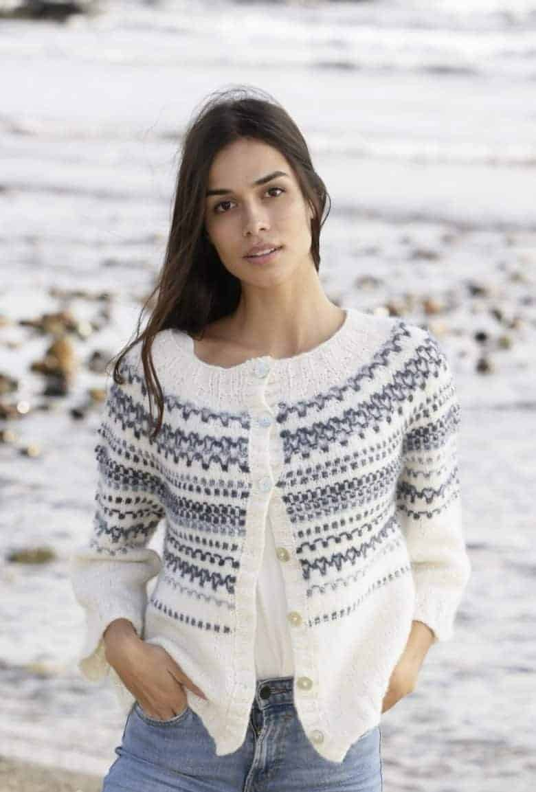 love this free fair isle knitting pattern for a cardigan by Drops designs. Click through to get your free pattern as well as lots of specific video tutorials to help! #fairisle #knittingpattern #free #frombritainwithlove #knitting