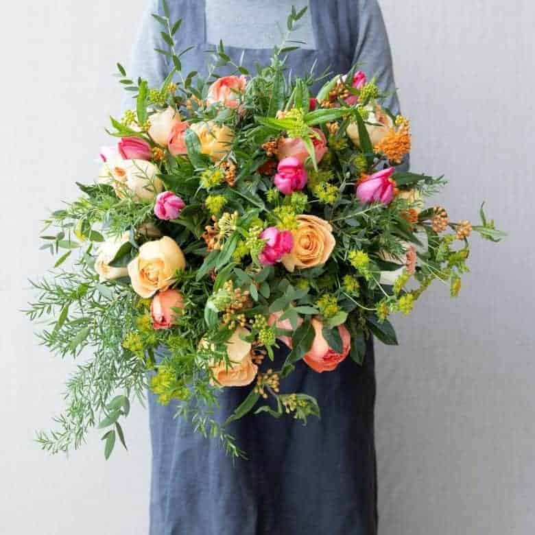 love this mother's day bouquet of sustainably grown coral and salmon pink scented roses and garden flowers by the real flower company #mothersday #flowers #sustainable #britishflowers