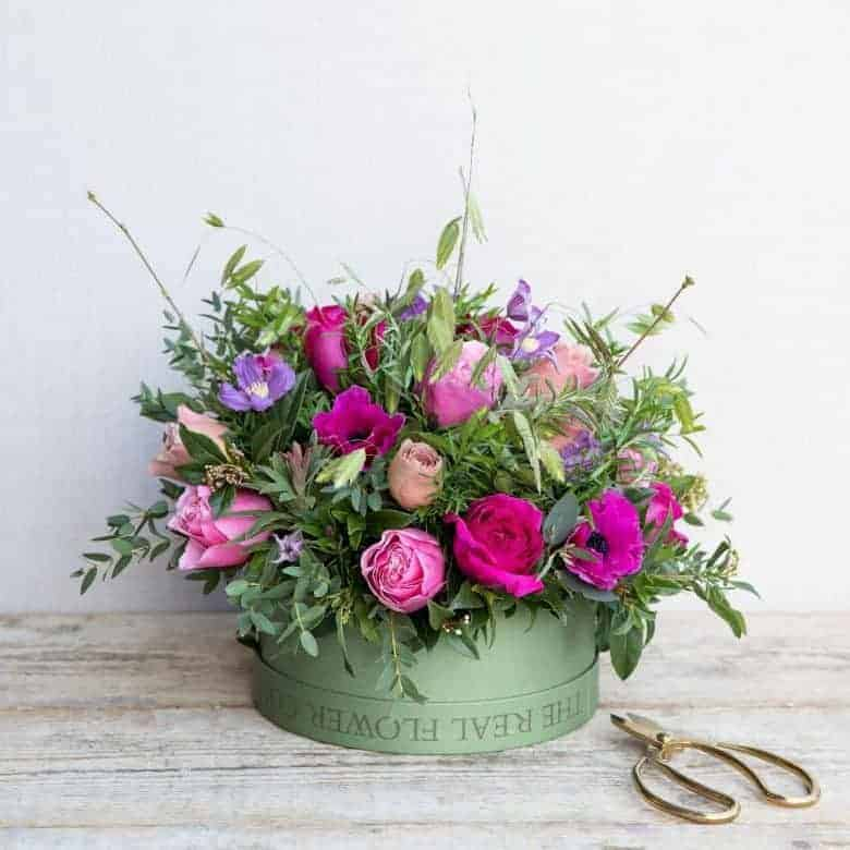 love this mother's day hat box bouquet of sustainably grown scented roses and garden flowers by the real flower company #mothersday #flowers #sustainable #britishflowers