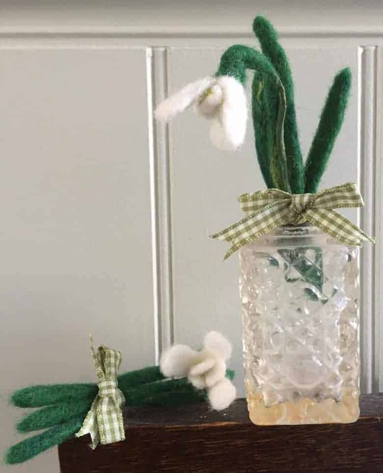 flower craft idea needle felted snowdrop brooch decoration diy step by step tutorial with emma herian #snowdrop #brooch #needle #felt #frombritainwithlove #flowercrafts