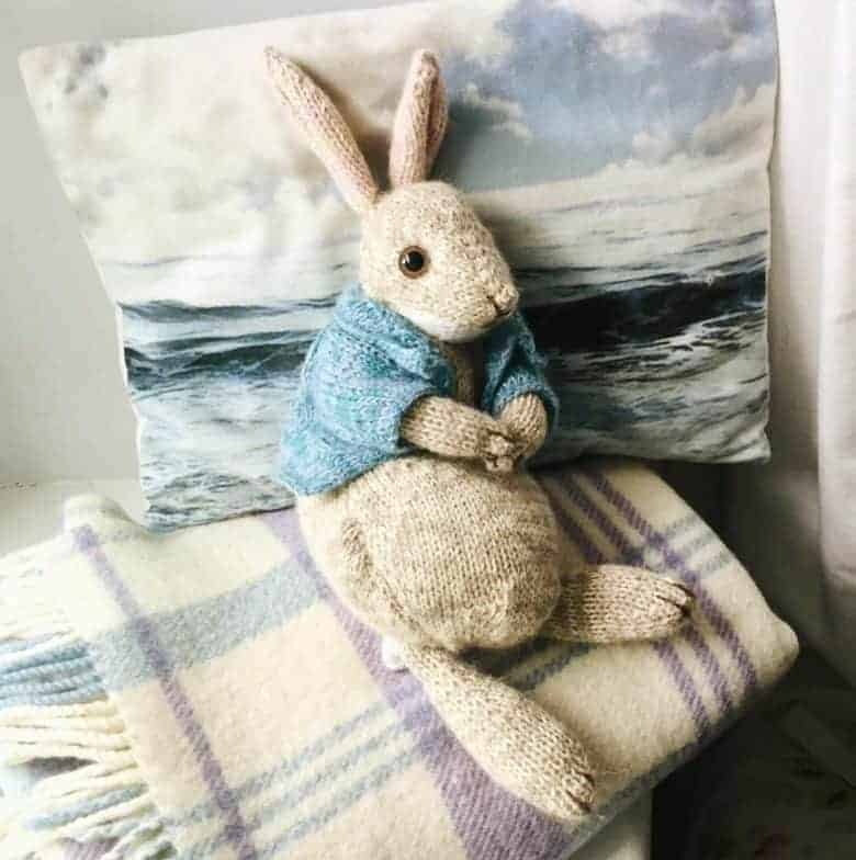 peter rabbit knitting pattern based on the beatrix potter character by Claire Garland of Dot Pebbles knits. click through to get the PDF download pattern and other bunny rabbit knitting ideas #peterrabbit #knitting #pattern #frombritainwithlove #beatrixpotter