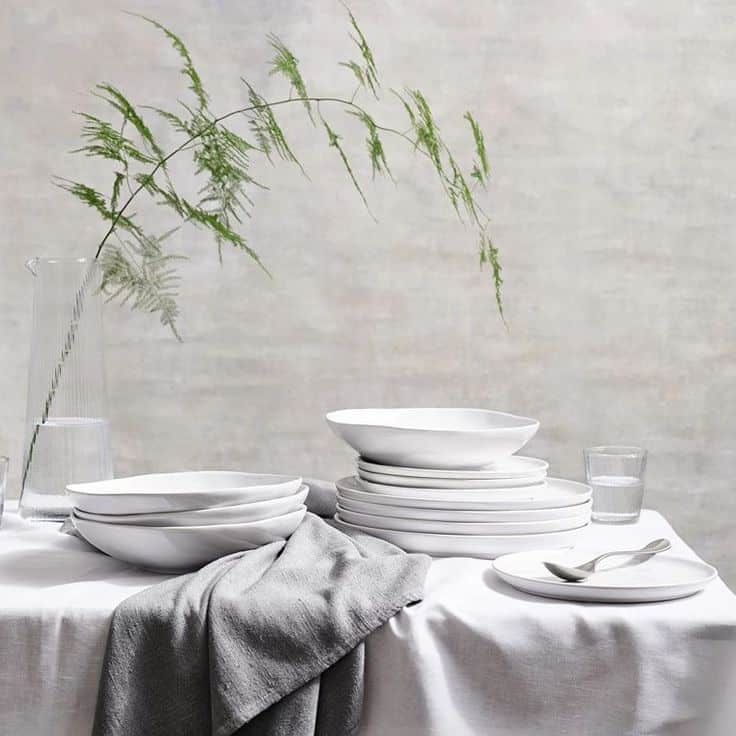 love this white stoneware dinner set by The White Company crafted by skilled artisans and perfect for creating open shelves in a modern rustic kitchen #white #ceramic #dinnerware #modernrustic #frombritainwithlove