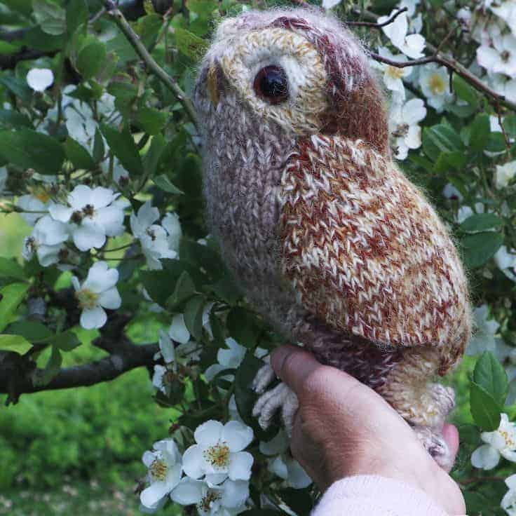 love this tawny owl free knitting pattern by claire garland aka dot pebbles - download the pattern, watch the super-helpful video tutorial and get all the materials you need #free #knittingpattern #owl
