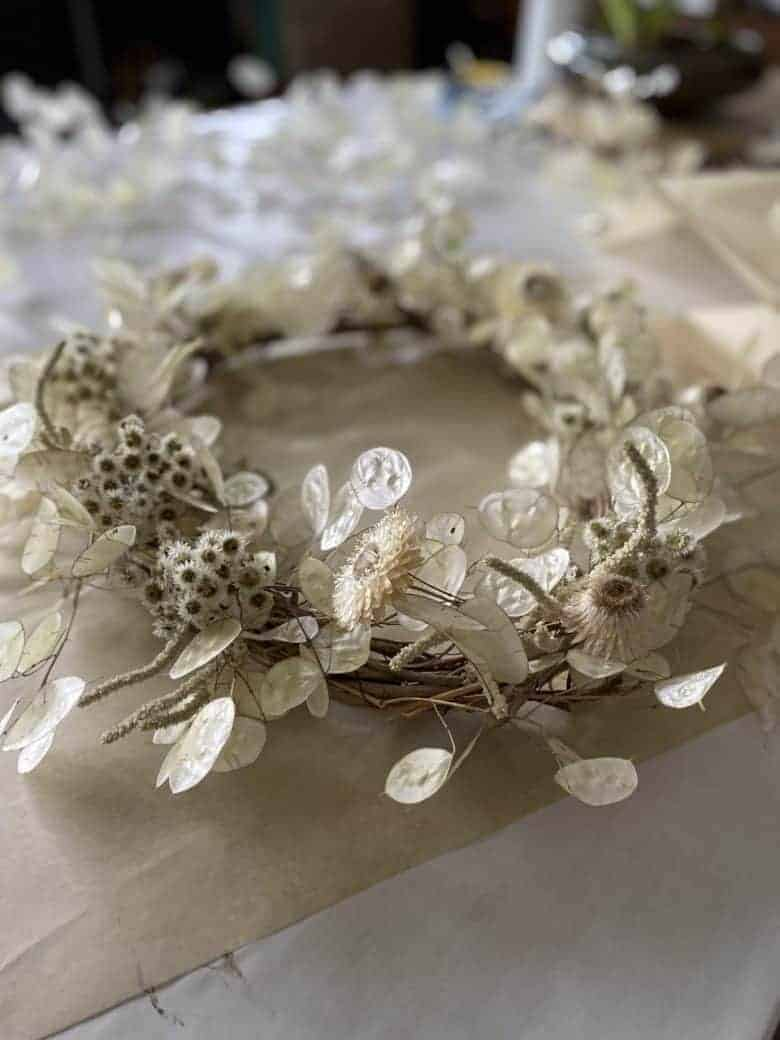 white dried flower wreath honesty wisteria and white helichrysum #dried #flower #wreath #tutorial