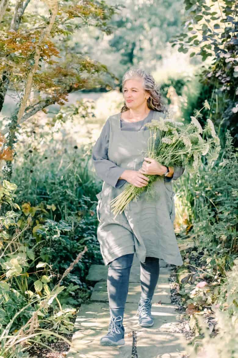 flower garden therapy tips and ideas by Rachel Petheram of Catkin Flowers who shares her simple ways to ease stress and anxiety by connecting with flowers, the garden and nature #flower #garden #therapy #mindfulness #stress #anxiety