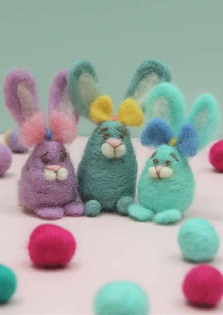 easter craft idea - needle felted easter garland and easter egg bunnies by Lincolnshire Fenn Crafts - get easy step by steps and video tutorial to make your own beautiful easter decorations #easter #craft #decorations #garand #bunny