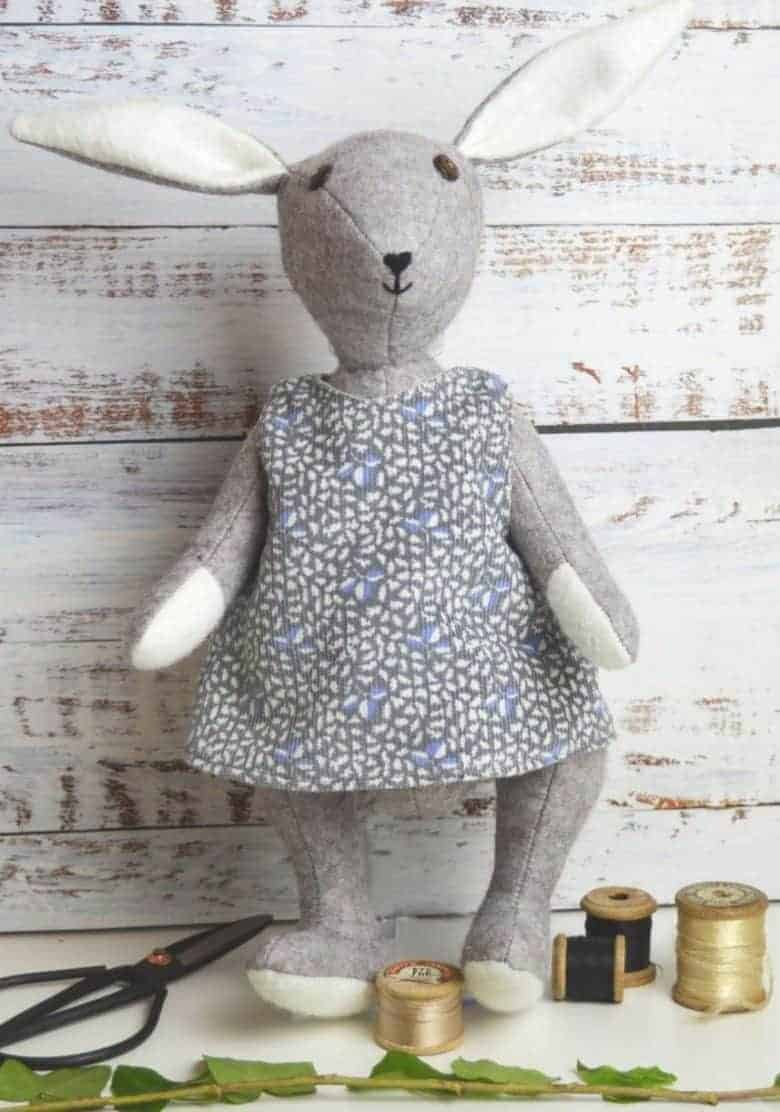 love this felt bunny rabbit sewing pattern and sewing kit by A Sewing Life - Bluebell Rabbit - and available to buy on Etsy. We also share a free tiny bear pattern download #spring #craft #sewing #bunny #rabbit