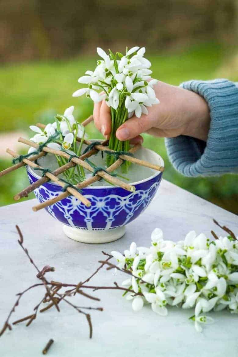 make a spring flower grid with foraged twigs - step by steps by Sarah Raven to make your own grid and expert tips on arranging seasonal spring flowers #spring #flowers #grid #craft #sarahraven
