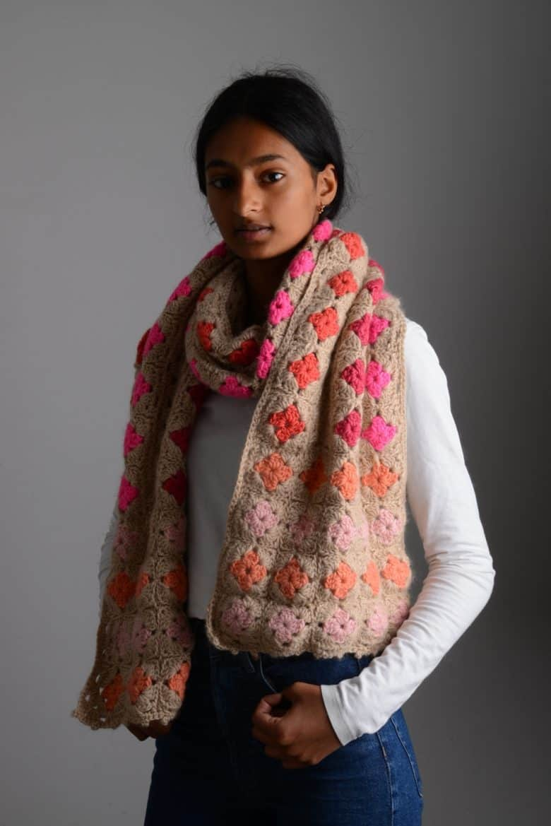 crochet pattern scarf wrap with granny square flowers #crochet #ideas #pattern #scarf #flowers #squares