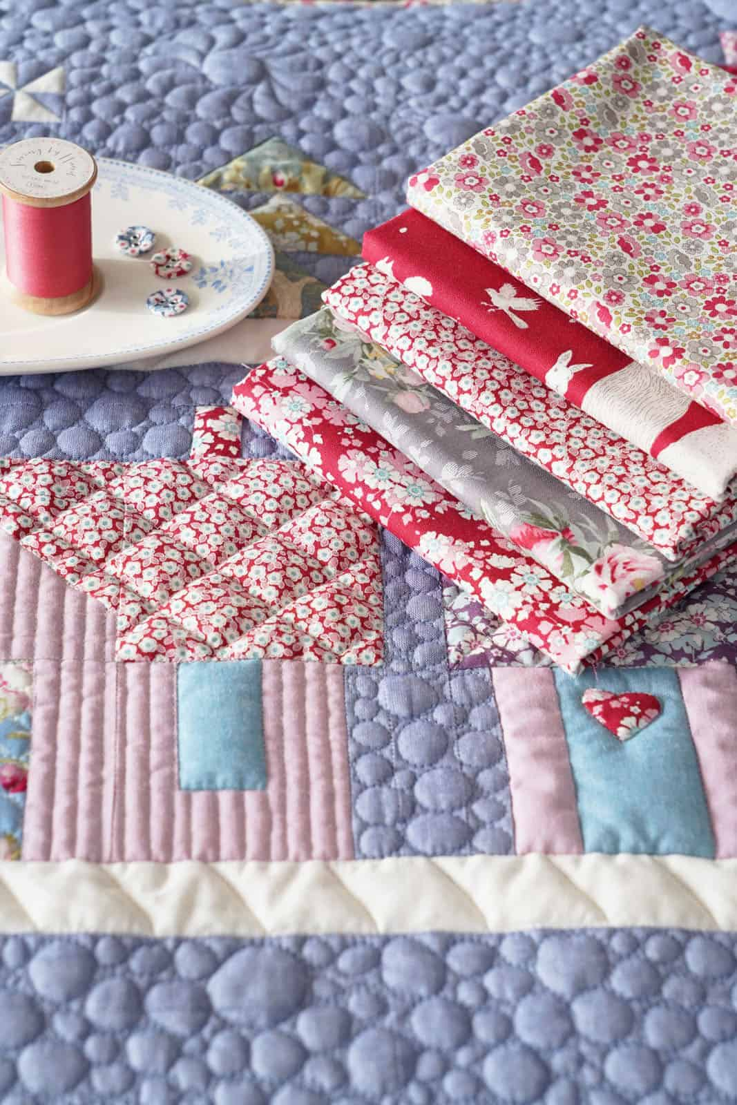 tilda house in the woods patchwork quilt free pattern in red Woodland collection Tilda fabrics #tilda #quilt #woodland #freepattern